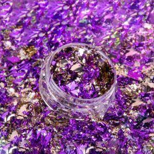 Nagel flakes met chroom effect voor een eenvoudige nageldecoratie.