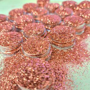 Glitter poeder fijn dusty roze is de nieuwe kleur voor nail-art.
